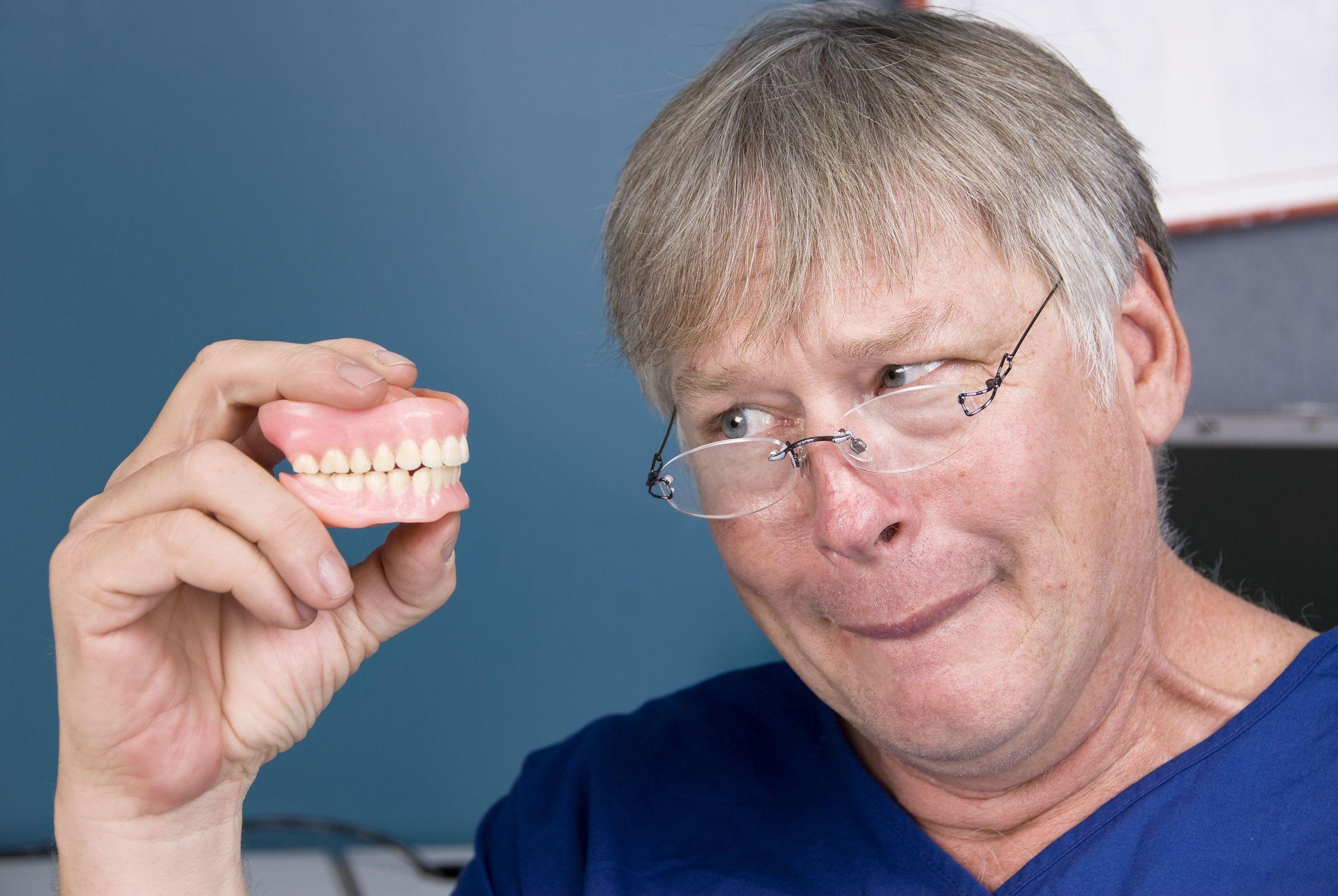 Cómo cuidar las dentaduras postizas