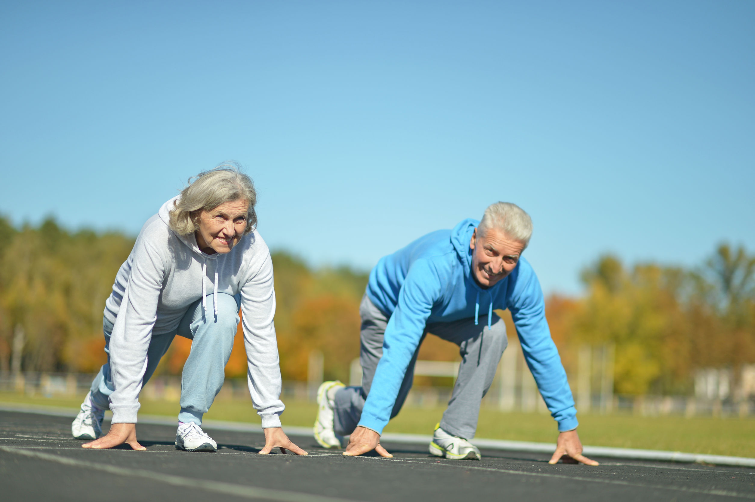 personas mayores corriendo