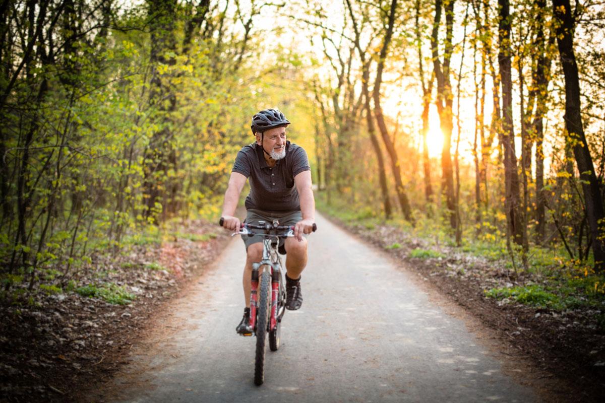 señor mayor en bici