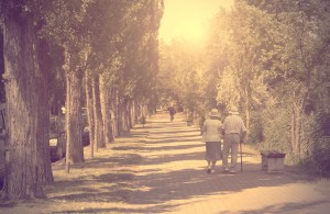 personas mayores caminando