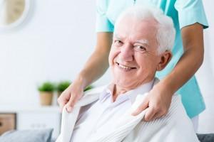 consejos sobre cómo cuidar a ancianos, profesional cuidando de mayores