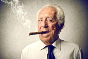 persona mayor fumando un puro