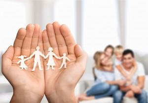 Una familia y manos con otra familia anmiada