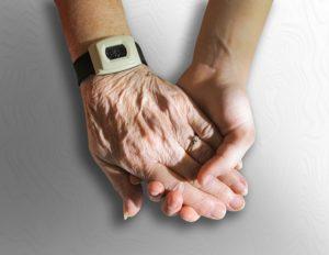 El cuidado de las manos de anciano es una de las preocupaciones de los familiares